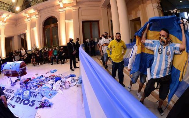 Choáng váng trước cảnh hàng vạn người Argentina nối đuôi nhau cả cây số để vào viếng Maradona: Số người tiễn đưa Cậu bé vàng ước tính lên tới cả triệu - Ảnh 4.