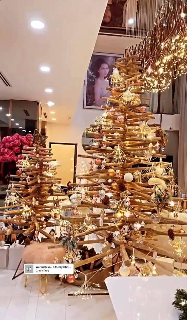 """Căn biệt thự 40 tỷ của Ngọc Trinh """"lên đồ"""" đón Giáng sinh: Choáng ngợp như cung điện, mọi thứ đều """"dát vàng"""" - Ảnh 4."""