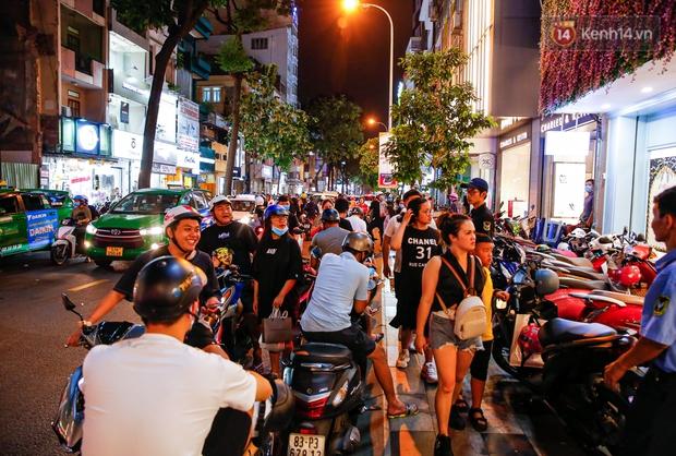 22h khuya nhưng người Sài Gòn vẫn tấp nập săn sale, tranh thủ hốt những món đồ ưng ý trước khi kết thúc ngày Black Friday - Ảnh 1.