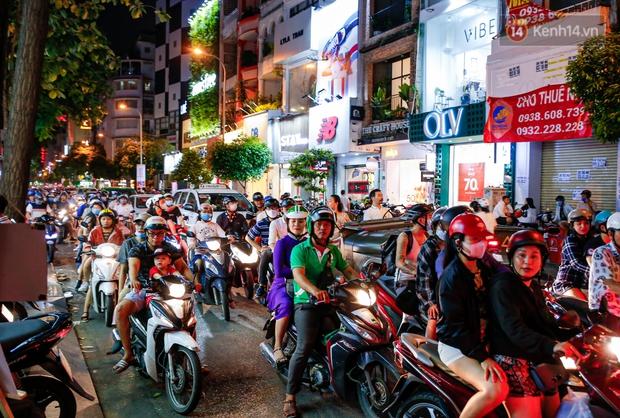 22h khuya nhưng người Sài Gòn vẫn tấp nập săn sale, tranh thủ hốt những món đồ ưng ý trước khi kết thúc ngày Black Friday - Ảnh 2.