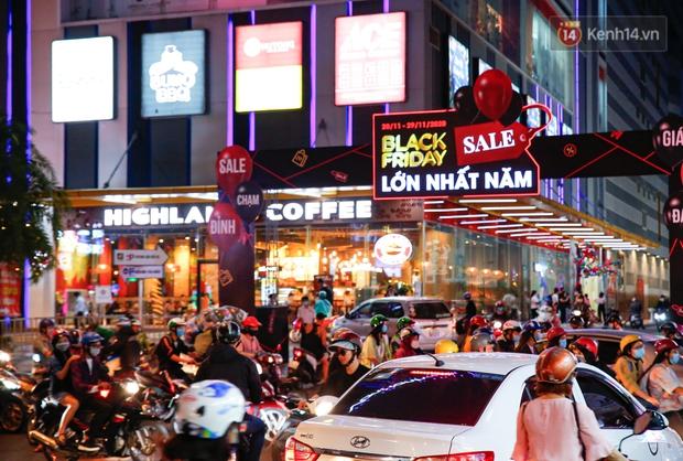 22h khuya nhưng người Sài Gòn vẫn tấp nập săn sale, tranh thủ hốt những món đồ ưng ý trước khi kết thúc ngày Black Friday - Ảnh 3.
