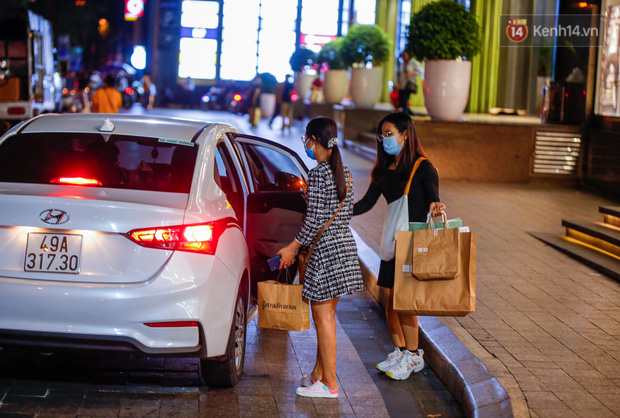22h khuya nhưng người Sài Gòn vẫn tấp nập săn sale, tranh thủ hốt những món đồ ưng ý trước khi kết thúc ngày Black Friday - Ảnh 13.