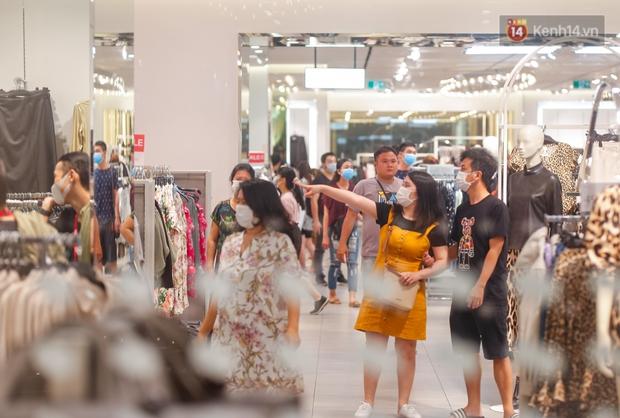 22h khuya nhưng người Sài Gòn vẫn tấp nập săn sale, tranh thủ hốt những món đồ ưng ý trước khi kết thúc ngày Black Friday - Ảnh 10.
