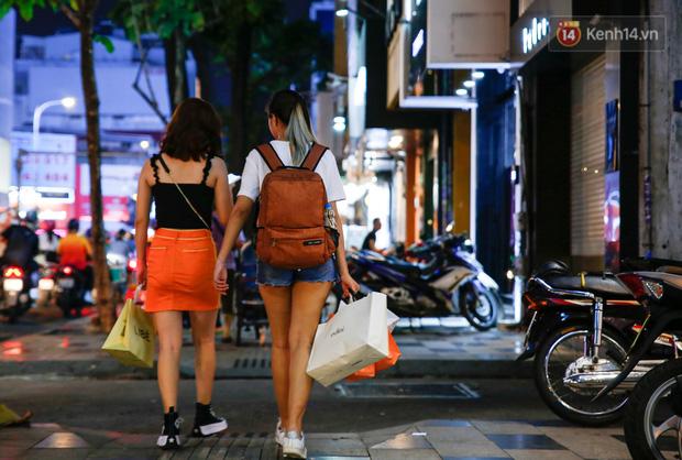 22h khuya nhưng người Sài Gòn vẫn tấp nập săn sale, tranh thủ hốt những món đồ ưng ý trước khi kết thúc ngày Black Friday - Ảnh 6.