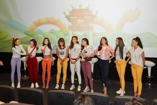 9 thí sinh Hoa hậu, Á hậu hoá SNSD trong buổi công chiếu show thực tế Vietnam Why Not - Ảnh 1.