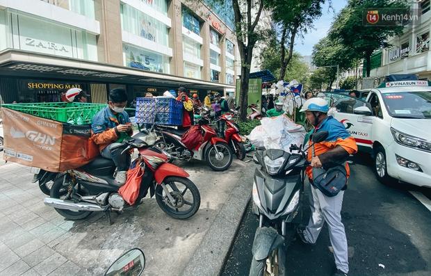 Ảnh: Shipper Sài Gòn làm việc hết công suất, nhận hàng trăm đơn hàng trong ngày Black Friday - Ảnh 1.