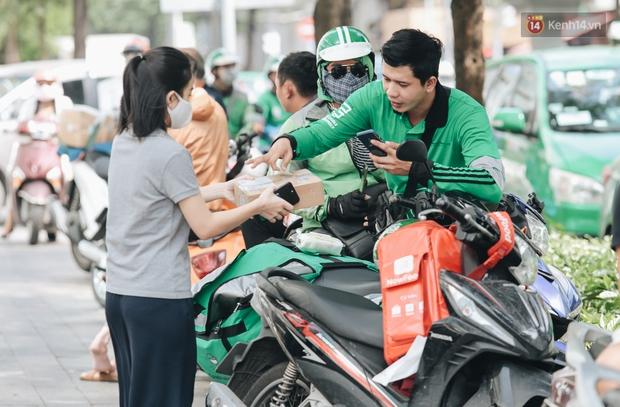 Ảnh: Shipper Sài Gòn làm việc hết công suất, nhận hàng trăm đơn hàng trong ngày Black Friday - Ảnh 9.