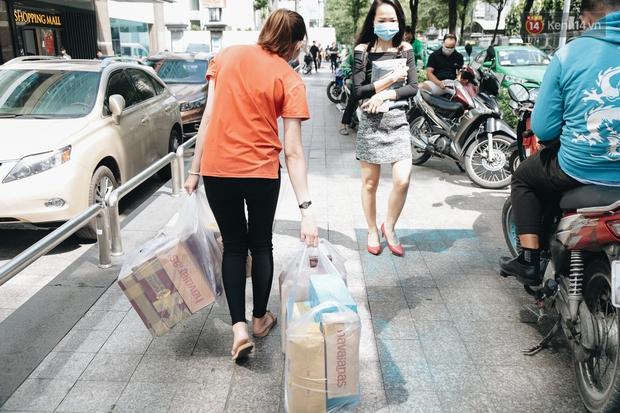 Ảnh: Shipper Sài Gòn làm việc hết công suất, nhận hàng trăm đơn hàng trong ngày Black Friday - Ảnh 10.