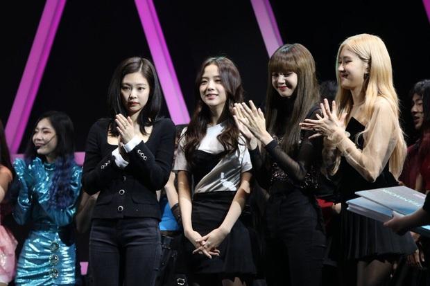 Tưởng là công chúa YG được biệt đãi, ai dè Jennie cũng 5 lần 7 lượt bị dìm đến mức như tàng hình giữa BLACKPINK - Ảnh 6.