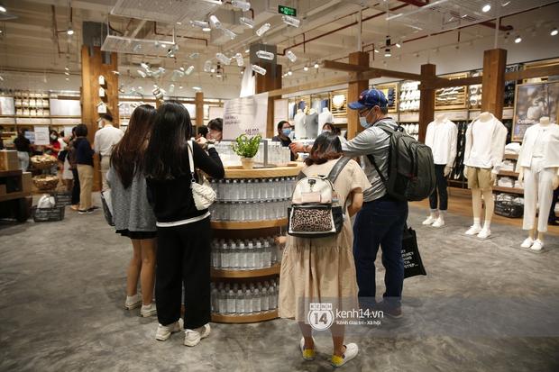 Cả Sài Gòn dập dìu đi khai trương MUJI, từ giới trẻ đến các cô các bác rộn ràng shopping - Ảnh 12.