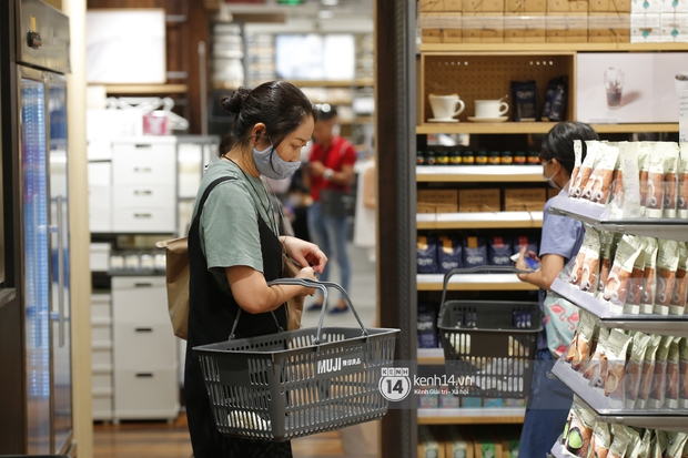 Cả Sài Gòn dập dìu đi khai trương MUJI, từ giới trẻ đến các cô các bác rộn ràng shopping - Ảnh 13.
