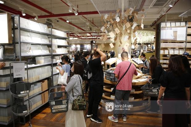 Cả Sài Gòn dập dìu đi khai trương MUJI, từ giới trẻ đến các cô các bác rộn ràng shopping - Ảnh 18.