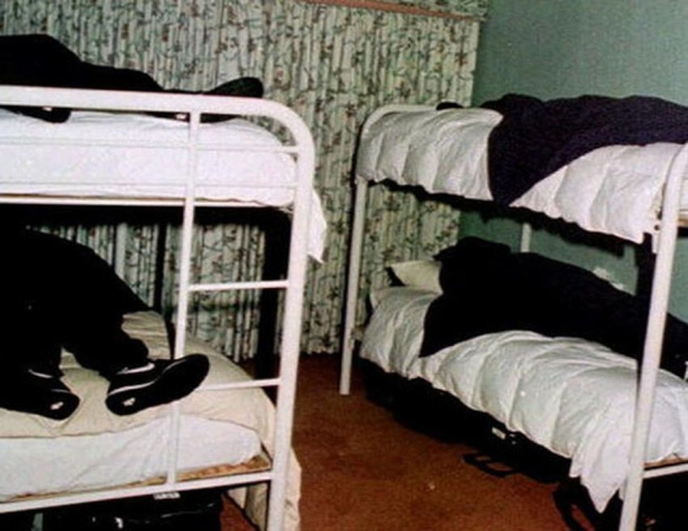 Vụ tự tử tập thể rúng động: 39 người cùng uống thuốc độc ra đi vì niềm tin mù quáng, hình ảnh hiện trường gây ám ảnh nhân loại - Ảnh 1.