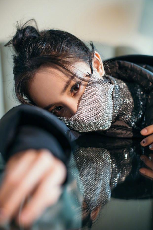 Không phải ảnh sự kiện, hình hậu trường của Dương Mịch gây bão Weibo: Ánh mắt hồ thu và chiếc mặt nạ bí ẩn khiến Cnet nức nở - Ảnh 2.