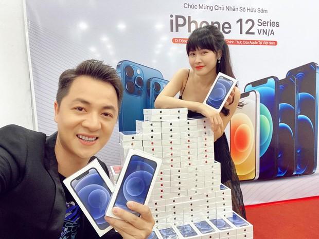 Showbiz Việt rần rần vì Black Friday: Ngọc Trinh và loạt sao đổ xô tậu iPhone 12, Hiếu Nguyễn tặng quà chị dâu tương lai Linh Rin - Ảnh 4.