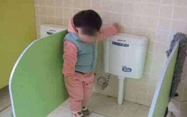 Đi học vài ngày, bé gái than khóc không dám đi vệ sinh, bà mẹ thay quần cho con liền phát hiện sự thật gây sốc - Ảnh 1.