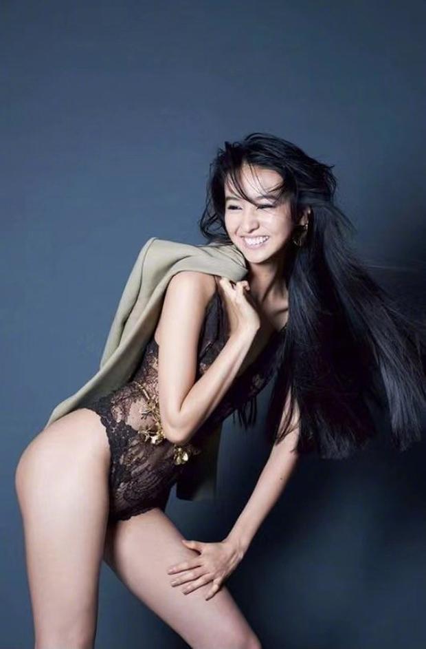 Con gái nam thần số 1 Nhật Bản Takuya Kimura gây tranh cãi khi chụp bán nude ở tuổi 17, thả rông khoe đường cong bỏng mắt - Ảnh 3.