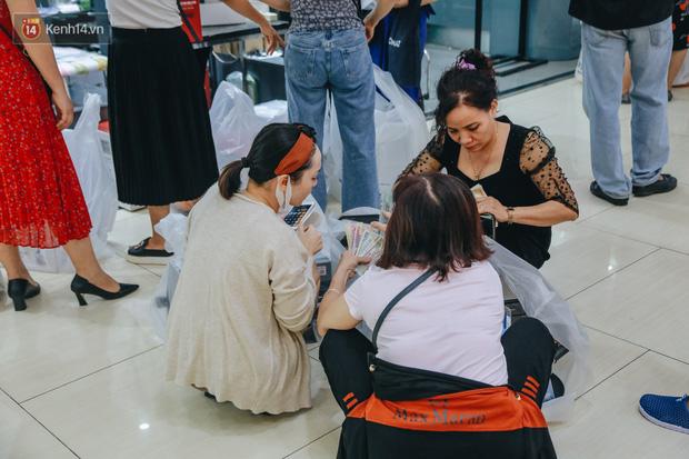 Chùm ảnh: Chị em nội trợ hốt cả mớ đồ giảm giá đến đau chân xách không nổi, ngồi bệt giữa TTTM nghỉ lấy sức - Ảnh 15.