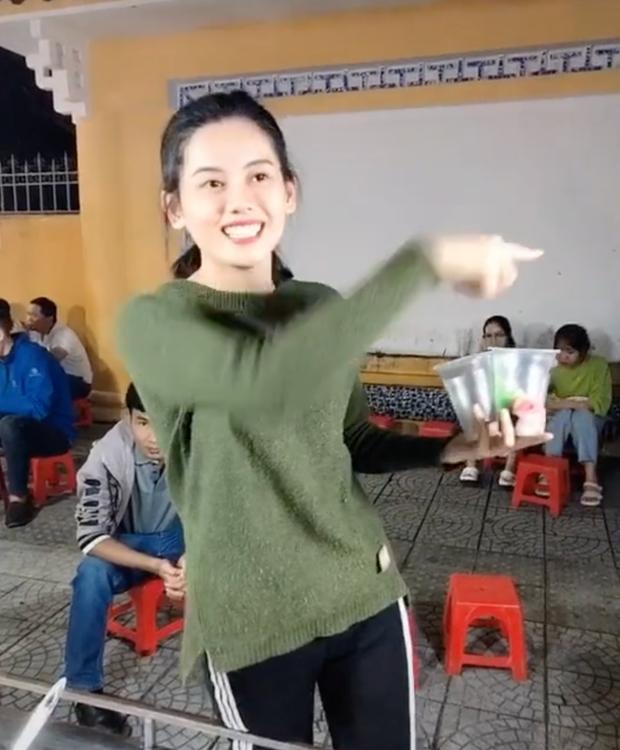 Team qua đường mê cô bán chè xứ Huế, netizen thả thính: Chè ngọt nhưng không ngọt bằng nụ cười của chị! - Ảnh 4.