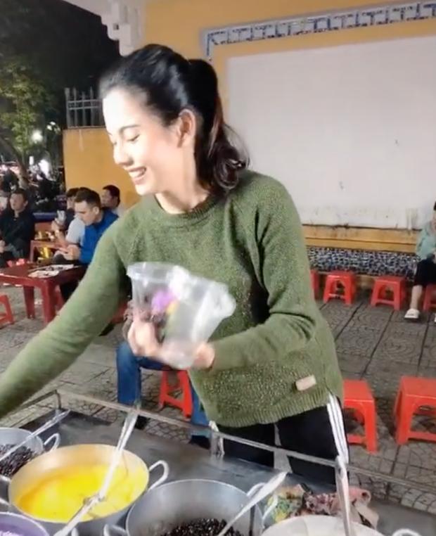 Team qua đường mê cô bán chè xứ Huế, netizen thả thính: Chè ngọt nhưng không ngọt bằng nụ cười của chị! - Ảnh 2.