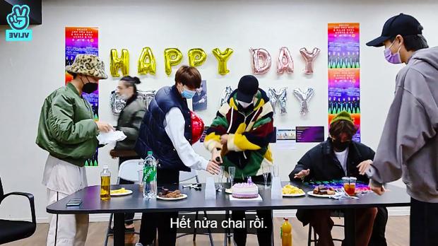 Sợ làm thủng trần, nhóm trưởng BTS nhờ Jimin mở sâm panh nhưng cái kết lại khiến dân tình cười ra nước mắt - Ảnh 7.