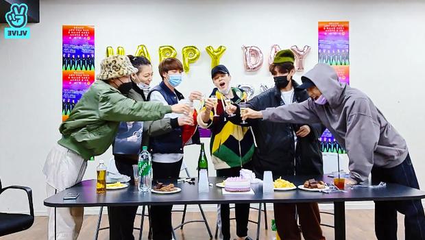 Sợ làm thủng trần, nhóm trưởng BTS nhờ Jimin mở sâm panh nhưng cái kết lại khiến dân tình cười ra nước mắt - Ảnh 1.