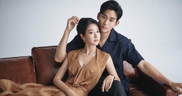 Kim Soo Hyun - Seo Ye Ji xúng xính như cô dâu chú rể lên nhận giải AAA 2020 - Ảnh 4.