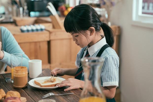 Từ phong cách giáo dục trên bàn ăn của cha mẹ Hàn Quốc và Mỹ, làm sao để nuôi dạy những đứa trẻ không-vô-ơn? - Ảnh 1.