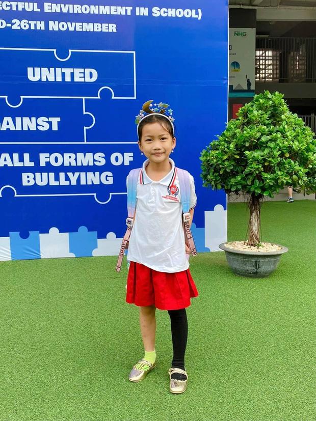 Con gái Ốc Thanh Vân ăn mặc nhếch nhác, chân thấp chân cao đến trường: Nghe xong lý do ai cũng khen nức nở - Ảnh 1.