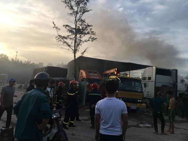 TP.HCM: Gara và bãi xe bốc cháy khủng khiếp, nhiều ô tô bị thiêu rụi  - Ảnh 3.