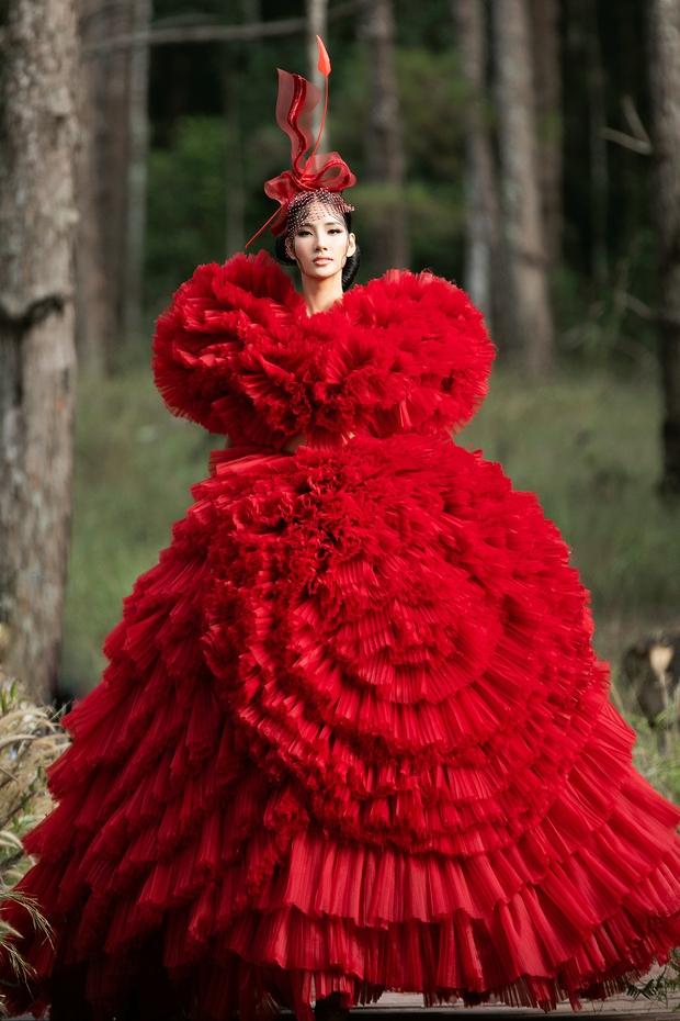 Sự kiện đặc biệt giữa rừng: Con gái Đoan Trang xuất thần, Hoàng Thuỳ chìm trong váy khủng, thí sinh Miss Tourism bức tử vòng 1 - Ảnh 2.