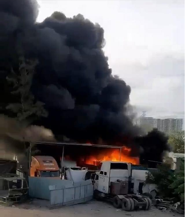 TP.HCM: Gara và bãi xe bốc cháy khủng khiếp, nhiều ô tô bị thiêu rụi - Ảnh 1.
