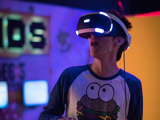 Nam streamer lần đầu cho bố mẹ thử chơi game VR và cái kết bất ngờ - Ảnh 1.