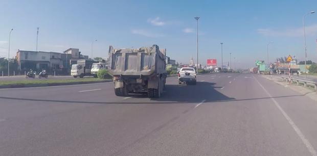 Khởi tố tài xế xe ben ngoan cố, húc xe CSGT rồi tháo chạy như phim hành động khi bị yêu cầu dừng xe - Ảnh 4.