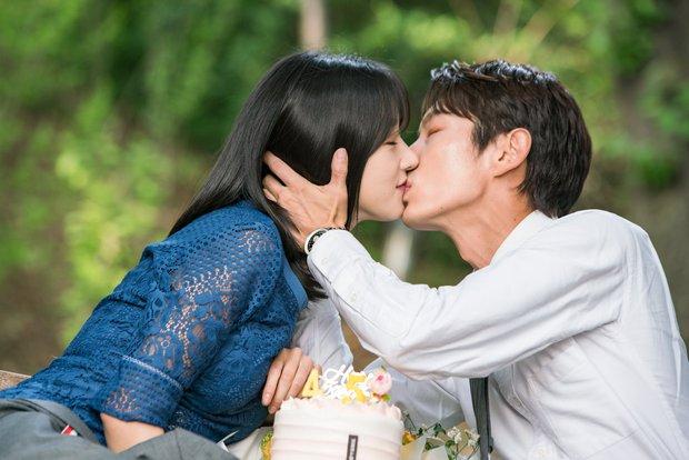 Team qua đường tóm gọn điên nữ Seo Ye Ji mùi mẫn với Lee Jun Ki trên thảm đỏ AAA, Kim Soo Hyun bị cho ra rìa? - Ảnh 8.
