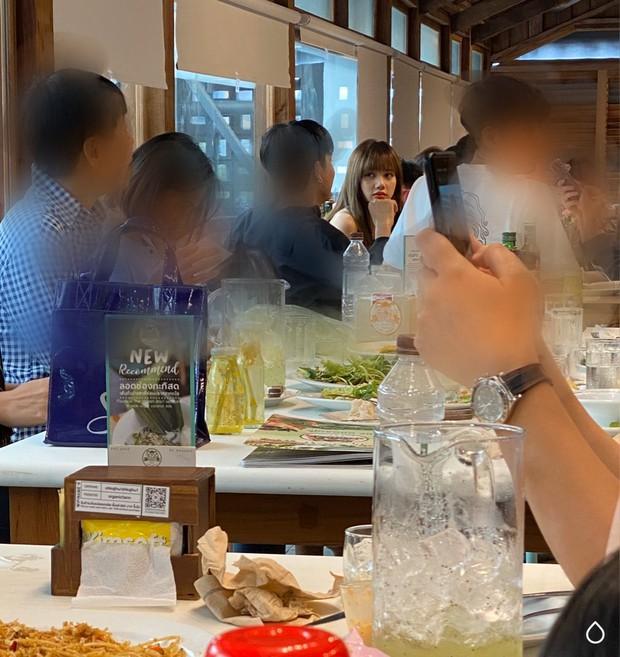Đi ăn quán vỉa hè thôi cũng có thể đụng thần tượng chan chát, ai mà nghĩ Lisa (BLACKPINK) lại ăn uống giản dị thế này chứ? - Ảnh 5.