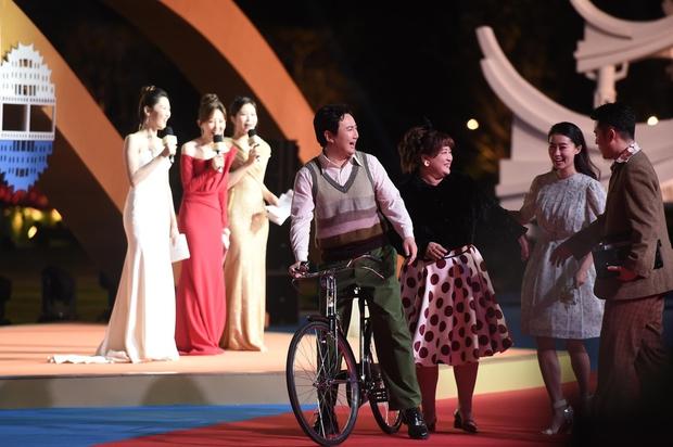 Thảm đỏ khủng nhất Cbiz hôm nay: Quan Hiểu Đồng chặt chém đàn chị, Huỳnh Hiểu Minh xuống sắc bên loạt nam thần trẻ tuổi - Ảnh 16.