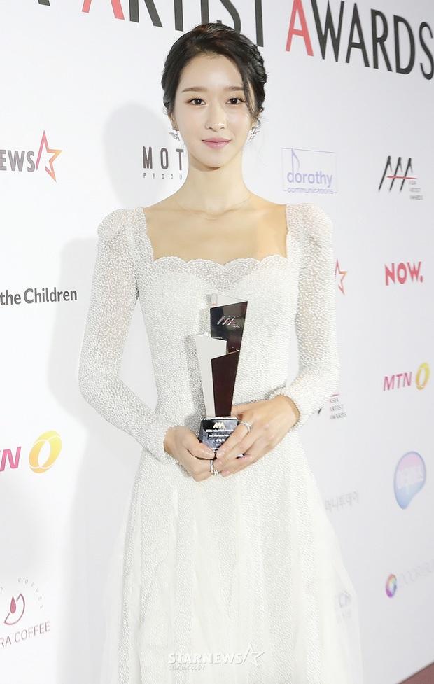 Kim Soo Hyun - Seo Ye Ji xúng xính như cô dâu chú rể lên nhận giải AAA 2020 - Ảnh 1.