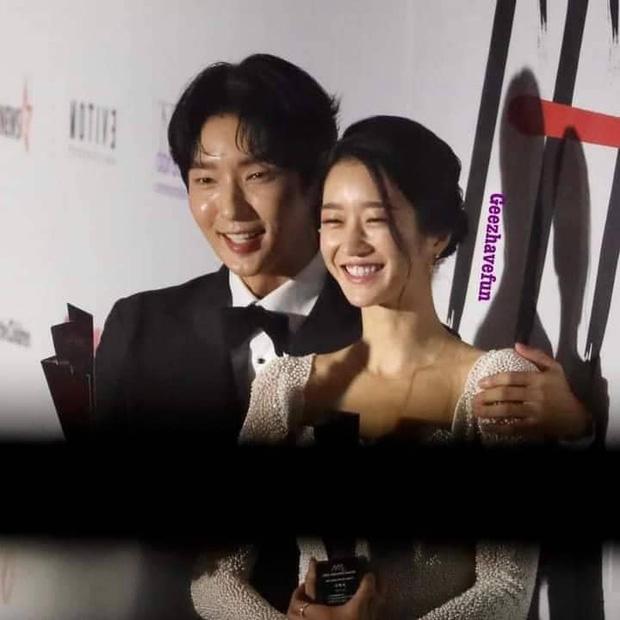 Team qua đường tóm gọn điên nữ Seo Ye Ji mùi mẫn với Lee Jun Ki trên thảm đỏ AAA, Kim Soo Hyun bị cho ra rìa? - Ảnh 6.