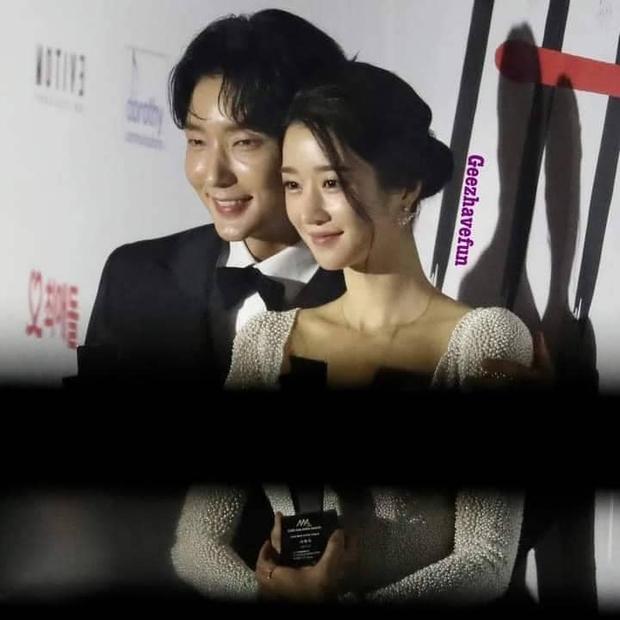 Team qua đường tóm gọn điên nữ Seo Ye Ji mùi mẫn với Lee Jun Ki trên thảm đỏ AAA, Kim Soo Hyun bị cho ra rìa? - Ảnh 5.