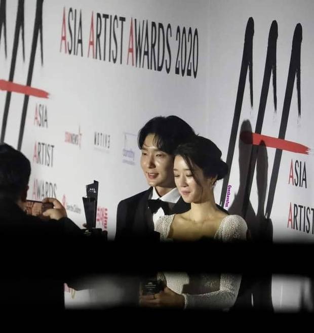 Team qua đường tóm gọn điên nữ Seo Ye Ji mùi mẫn với Lee Jun Ki trên thảm đỏ AAA, Kim Soo Hyun bị cho ra rìa? - Ảnh 4.