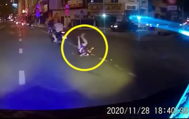 Người cha rồ ga phóng xe khiến con trai ngã văng xuống đất, cảnh tượng sau đó khiến ai cũng thót tim - Ảnh 3.