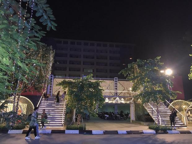 Trường con nhà giàu ĐH Thăng Long lại trang trí Giáng sinh đẹp mê hồn, đố trường nào làm lại - Ảnh 4.
