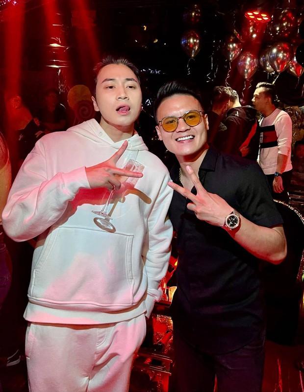 Karik khoe ảnh thân thiết bên Quang Hải, netizen bỗng phát hiện ra ngay ra điểm trùng hợp của 2 sao nam và Jack - Ảnh 2.
