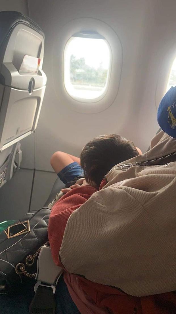 Con trai đi máy bay vô tư chiếm chỗ đặt trước, bà mẹ nói thêm 1 câu khiến ai cũng chê trách - Ảnh 1.