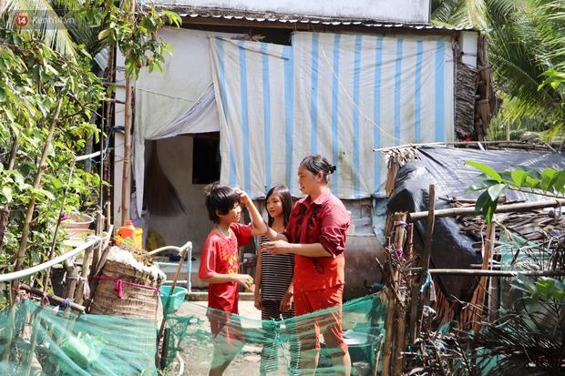 3 đứa trẻ không cha, đói ăn bên người mẹ bệnh tật: Con đi lượm ve chai, vỏ dừa khô để phụ mẹ nuôi em - Ảnh 1.