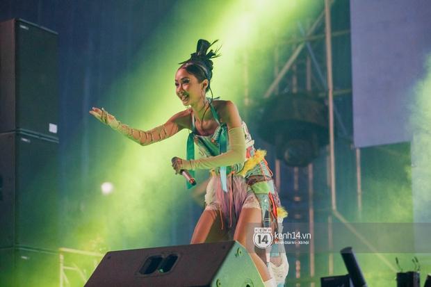 Suboi đi diễn có dàn thí sinh Rap Việt hộ tống còn lên hẳn sân khấu quẩy chung, Hoàng Dũng và Cá Hồi Hoang khuấy đảo đại nhạc hội - Ảnh 20.