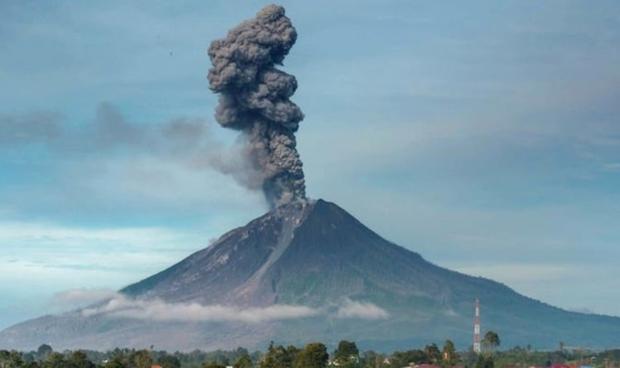 Hàng nghìn người ở Indonesia phải sơ tán do núi lửa hoạt động mạnh - Ảnh 1.