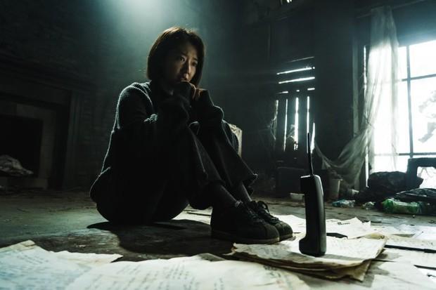 The Call: Tưởng Park Shin Hye đóng phim bách hợp pha kinh dị hóa ra lầm to, twist khủng nhất lại nằm ở after-credit - Ảnh 11.