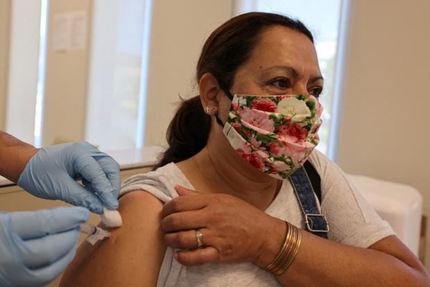 Mỹ chuẩn bị họp khẩn cấp xét đối tượng được tiêm vaccine COVID-19 - Ảnh 1.